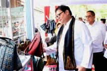 Menteri Perindustrian Airlangga Hartarto ketika mengunjungi IKM Karya Indah Bordir dalam rangkaian kegiatan kunjungan kerja di Aceh (Foto: Kemenperin)