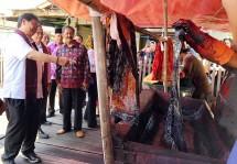Menteri Perindustrian Airlangga Hartarto saat melakukan kunjungan kerja ke Sentra IKM Batik Amziah di Jambi (Foto: Kemenperin)
