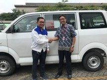 Fajar Dewanto (kiri), Section Head Building Construction & Facility Department HRD & GA PT SIM menyerahkan donasi secara simbolis kepada Bapak Irwanto, ST, perwakilan SMK Darma Siswa 1 Sidoarjo, Jawa Timur