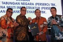 Direktur Utama Angkasa Pura I Faik Fahmi ( kedua dari kiri) menjelaskan bahwa fasilitas kredit sebesar Rp 5 triliun bertenor lebih dari 10 tahun