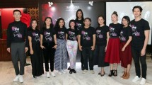Sutradara, Pemain dan Team Pentas ala Broadway Bunga Untuk Mira