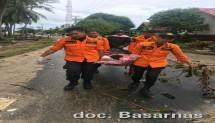 Tim Basarnas mengevakuasi jenazah korban Tsunami Selat Sunda