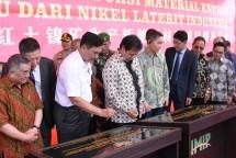 Menteri Perindustrian Airlangga Hartarto bersama Menko Bidang Kemaritiman Luhut Binsar Pandjaitan saat penandatanganan prasasti dimulainya pembangunan pabrik bahan baku baterai kendaraan listrik di IMIP (Foto:Kemenperin)