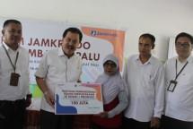 Direktur Utama Perum Jamkrindo Randi Anto (kedua kiri) menyerahkan secara simbolis bantuan pembangunan ruang perpustakaan dan pembuatan taman bacaan untuk SD Negeri 1 Biromaru, dan memberikan pembangunan ruang kelas kepada Madrasah Ibtidaiyah Al Kha