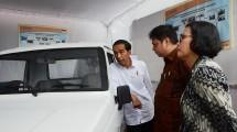Presiden RI Joko Widodo didampingi Menteri Perindustrian Airlangga Hartarto, Menteri Keuangan Sri Mulyani meninjau stan Kementerian Perindustrian yang memamerkan prototipe mobil pedesaan seharga Rp 60 Jutaan