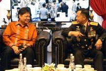 Menteri Perindustrian Airlangga Hartarto saat berbincang dengan Kapolri Jenderal Tito Karnavian (Foto: Kemenperin)