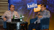 Wapres Jusuf Kalla bersama Ketua Umum Kadin Indonesia Rosan P. Roeslani saat acara Kadin Talks