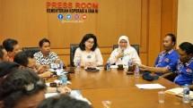 Deputi Bidang Produksi dan Pemasaran, Victoria Simanungkalit berserta jajarannya membahas revitalisasi pasar rakyat