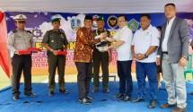 Teten Indra Abdillah mewakili Lembaga Pengembangan CSR Indonesia (LPCI) memberikan bantuan CSR secara Simbolis kepada Kepala Desa Tebel Gedangan, Sidoardjo, Jawa Timur, Triyono