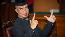 Ahmad Dhani acungkan pose dua jari