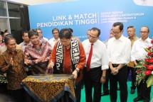 Menteri Perindustrian Airlangga Hartarto saat meresmikan laboratorium di Fakultas Teknik (FT) UGM Yogyakarta (Foto: Kemenperin)