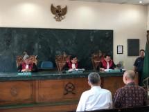 Direktur PT MMHL Yu Jing melalui kuasa hukumnya Teguh Samudra mengaku kecewa dengan sikap penegak hukum di Indonesia yang dinilai telah mengkriminalisasi kliennya karena menjual saham di perusahaan yang didirikannya sendiri di Kalimantan Selatan.