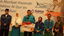 Direktur Bisnis SME dan Komersial BNI Syariah, Dhias Widhiyati (paling kanan) bersama Pemilik Tazkia Travel, Muhammad Syafii Antonio, (paling kiri) dan para jamaah umroh
