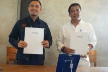 EGM Reseller Mitratel, Eko Santoso dan Kepala Bidang Bina Manfaat, Boy Iman Nugraha mewakili Kepala Dinas Sumber Daya Air Provinsi Jawa Barat (kiri ke kanan)