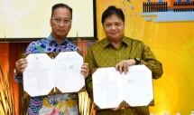 Menteri Perindustrian Airlangga Hartarto bersama Menteri Sosial Agus Gumiwang Kartasasmita seusai menandatangani MoU penumbuhan wirasuaha baru di sektor IKM