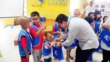 Direktur Keuangan WOM Finance, Zacharia Susantadiredja, sedang membagikan bingkisan kepada anak-anak pengidap kanker di Rumah Singgah YKAKI, Jakarta, dalam kegiatan CSR menyambut HUT ke-37 perseroan, Jumat (08/03/2019).