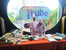 Executive Chef Harris Hotel Tebet, Salim tengah menyiapkan menu A la Carte seperti kelezatan Bebek Remuk, yaitu olahan daging bebek goreng dilumuri dengan sambal tumbuk khas racikan