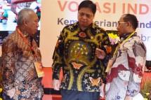 Koordinator Badan Pengembangan Sumber Daya Manusia Industri (BPSDMI) Kemenperin, Mujiyono saat berbincang-bincang dengan Menteri Perindustrian Airlangga Hartarto