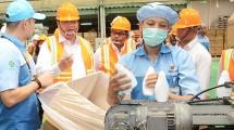 Menteri Perindustrian Airlangga Hartarto mengunjungi industri kemasan plastik PT Berlina Tbk. di Kawasan Industri Jababeka, Cikarang, Bekasi, Jawa Barat, Senin (6/2/2017). (Foto: IST)