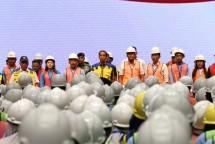 Presiden Republik Indonesia Joko Widodo menyerahkan sertifikat kompetensi kerja kepada perwakilan dari 16.000 tenaga kerja konstruksi