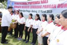 Sekjen Kementan Syukur Iwantoro bersama Petani di Bali