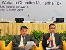 Direktur Keuangan WOM Finance, Zacharia Susantadiredja (kanan), sedang memberikan keterangan pers terkait dengan paparan kinerja perseroan pada 2018 dan didampingi oleh Direktur Utama, Djaja Sutandar. (Foto: Abe)