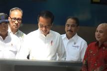 Presiden Jokowi menandatangani prasasti peresmian KEK Tanjung Kelayang, di Bandara Depati Amir, Pangkal Pinang, Babel, Kamis (14/3) (Foto: Rahmat/Humas Setkab)