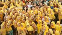 Menteri Perindustrian Airlangga Hartarto berfoto bersama dengan Karyawan Mitra Produksi Sigaret (MPS) dan Paguyuban Sampoerna Retail Community (SRC)