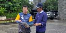 Zaldy Wihardja, Assistant Vice President Residential Marketing PT Agung Podomoro Land Tbk saat menjelaskan produk ke costumer