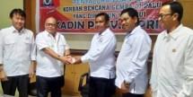 Ketua Umum Kadin Kepri Akhmad Ma'ruf saat menyerahkan bantuan untuk korban Gempa Sigi