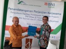 SEVP Bisnis Ritel & Jaringan BNI Syariah, Iwan Abdi (kanan) dan Direktur Utama PT Mekar Agung Sejahtera, Sengkono Dharmawan (kiri)