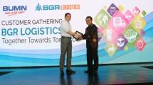 Direktur Utama BGR Logistics, M. Kuncoro Wibowo, memberikan plakat kepada Menteri ESDM, Ignasius Jonan, dalam acara Customer Gathering BGR Logistics
