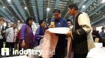 Menteri Perindustrian Airlangga Hartarto bersama Dirjen IKMA Kemenperin Gati Wibawaningsih saat meninjau salah satu booth di pameran Adiwastra Nusantara 2019 (Foto:Ridwan)