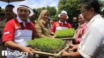 Pemberian bantuan bibit cabai kepada masyarakat jember (Rizki Meirino/ INDUSTRY.co.id)