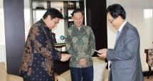 Menteri Perindustrian, Airlangga Hartarto seusai bertemu dengan Kepala Badan Koordinasi Penanaman Modal (BKPM) Thomas Trikasih Lembong serta President & CEO Lotte Chemical Titan Holding Sdn. Bhd. Kim Gyo Hyun