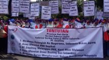 Para istri buruh PT Smelting yang diPHK sepihak ikut mendukung aksi demo (bg)