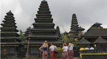 Turis Asal Amerika Saat Berlibue di Bali (Keren Su/Getty Images)