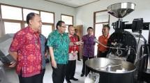 Menteri Koperasi dan UKM Puspayoga didampingi Bupati Bangli I Made Gianyar, meninjau alat baru sortasi kopi (pemilihan biji kopi)