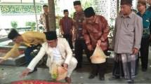 Ridwan Kamil melakukan tabur bunga di atas pusara pendiri NU (bj)