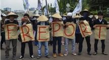 Ilustrasi demonstrasi mahasiswa di depan DPR menolak PT Freeport. (Jefta Images / Barcroft Media / Barcroft Media via Getty Images)
