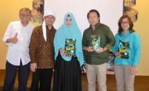 Cece Kirani (tengah) dengan produk Detergent Halal Pertama
