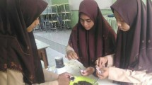 Ketiga siswi SMA NU 2 Gresik mengolah jantung pisang (bg)