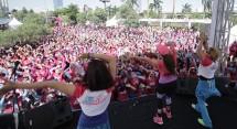 """Liza Natalia (Topi Pink) dihadapan peserta Kompetisi Senam """"Easy Gembira"""""""