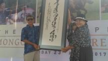 (Kiri ke Kanan) Chairman Jababeka S.D. Darmono menerima seni kaligrafi khas Mongolia dari Duta Besar Mongolia, Madam Battsetseg Shagdar, di KEK Tanjung Lesung, Minggu (23/4/2017) (Foto: By Fadli)