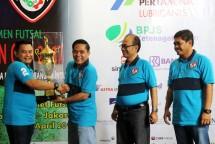 Plt. Sekjen Kemenperin, Haris Munandar saat menyerahkan Piala Bergilir Menperin Cup 2017 kepada Ketua Forwin