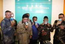 Menperin, Airlangga Hartarto didampingi Dirjen Industri Agro, Panggah Susanto dan CEO of AustAsia Dairy Group, Edgar Collins minum susu bersama seusai peresmian Manufacturing Unit PT Greenfields Indonesia