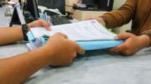 Ilustrasi penyerahan berkas pajak. (Foto: Pajak.go.id)