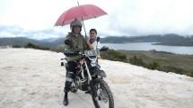 Presiden Jokowi mengendari motor trail menyusuri jalan Trans Papua, di Wamena, Rabu (10/5) siang. (Foto: Setkab/Jay)