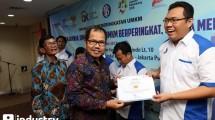 Dirut Perum Jamkrindo Diding S Anwar (kiri) dan Ketua Dewan Pengawas Jamkrindo Braman Setyo memberikan sertifikat kepada peserta UMKM usai melakukan penandatanganan kerjasama di Kantor Perum Jamkrindo, Jakarta, Rabu (17/5). (Rizki Meirino/INDUSTRY)