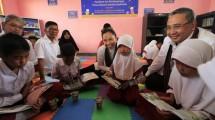 Menteri BUMN Rini Soemarno memberikan bantuan PKBL di Sembalun, Lombok. (Rizki Meirino/INDUSTRY)